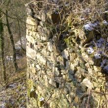 Spuren der Vergangenheit: Pfeilerreste der alten Schlossbrücke
