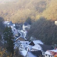 Blick vom Schullandheim auf den winterlich verschneiten Ort Winterburg